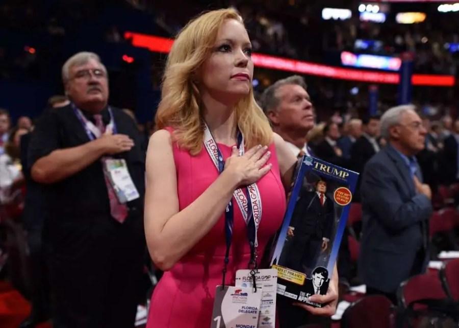 Floridas Delegierte Dana Dougherty hält eine Trump-Puppe, Republican National Convention, 18. Juli, 2016, Quicken Loans Arena in Cleveland, Ohio; Quelle: mysanantonio.com