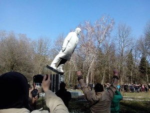 Fall einer Leninstatue im Kulturpark von Chmelnyzkyj, Quelle: commons.wikimedia.org