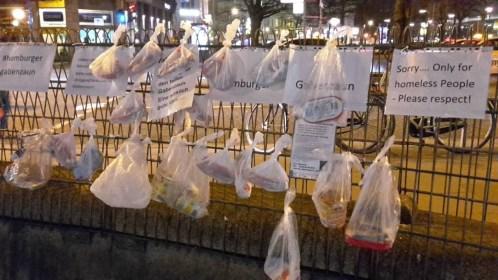 Almosen auf Abstand. Gabenzäune für Obdachlose in der Corona-Pandemie