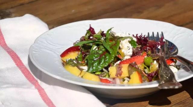 Salat mit Erdbeeren und Ziegenfrischkäse