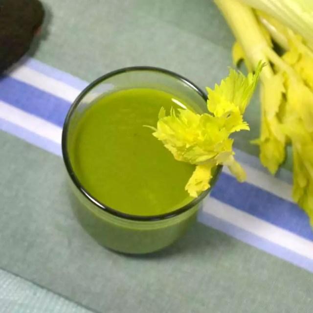Grüner Smoothie aus Avocado, Stangensellerie und Orangensaft