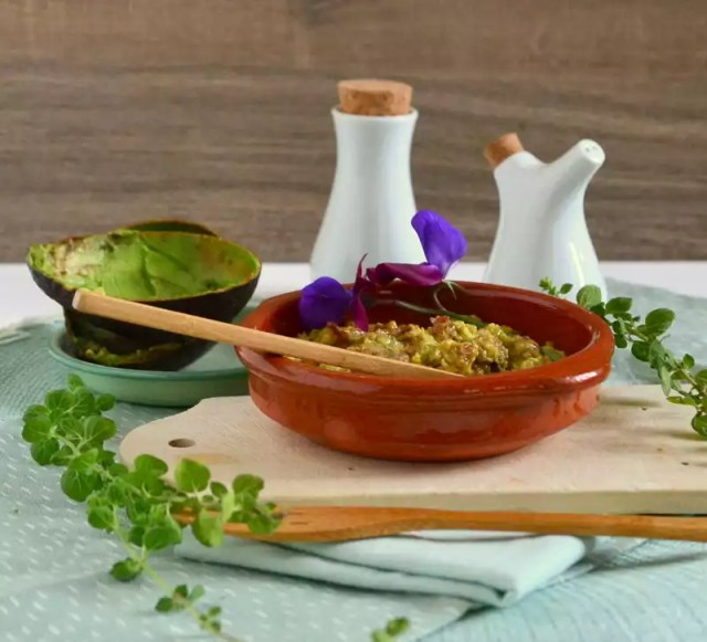 Avocado mit Limette und Olivenöl