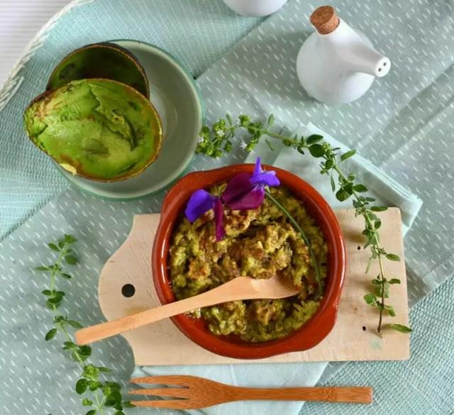 Avocado mit Olivenöl und Limette