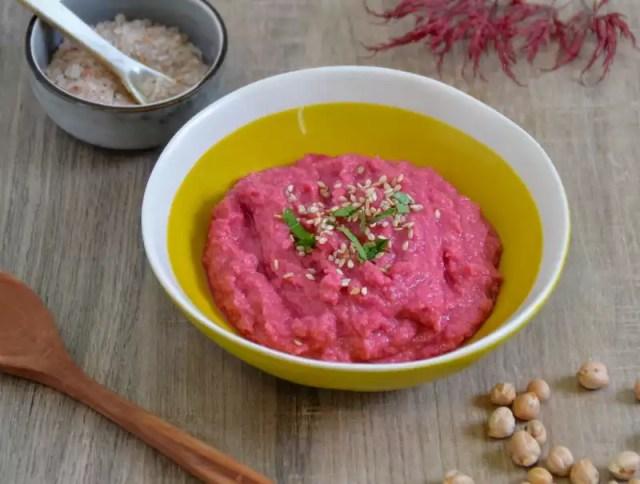 Schale mit Rote Rüben Hummus