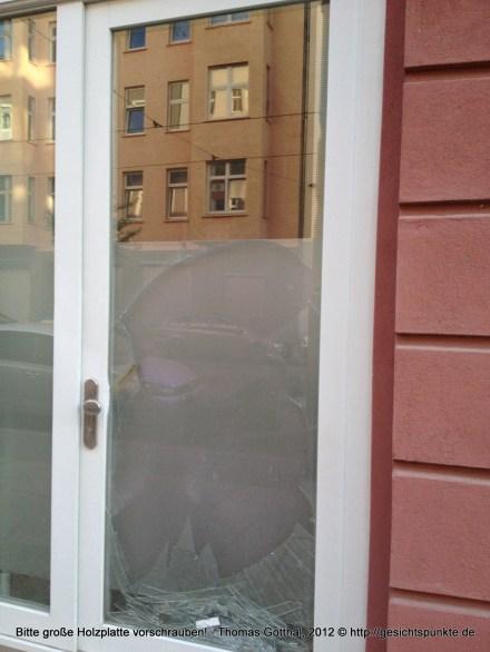 Glasbruch-Fensterscheibe: Bitte große Holzplatte vorschrauben!