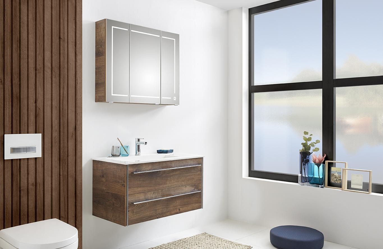 Natürliches Flair im Badezimmer mit eleganten Kombinationen aus Holz und Glas