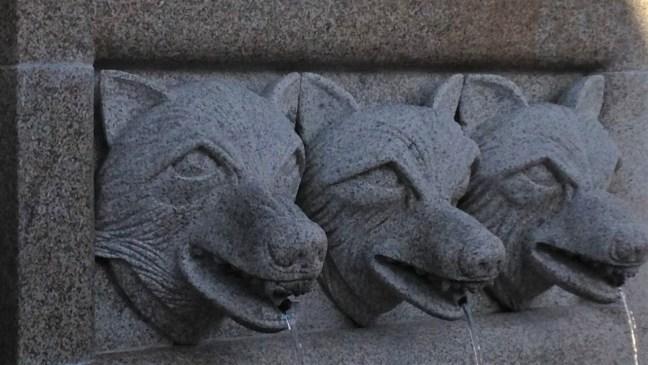 102t. cabezas de lobo talladas en granito en una fuente de lubic381n 1 1