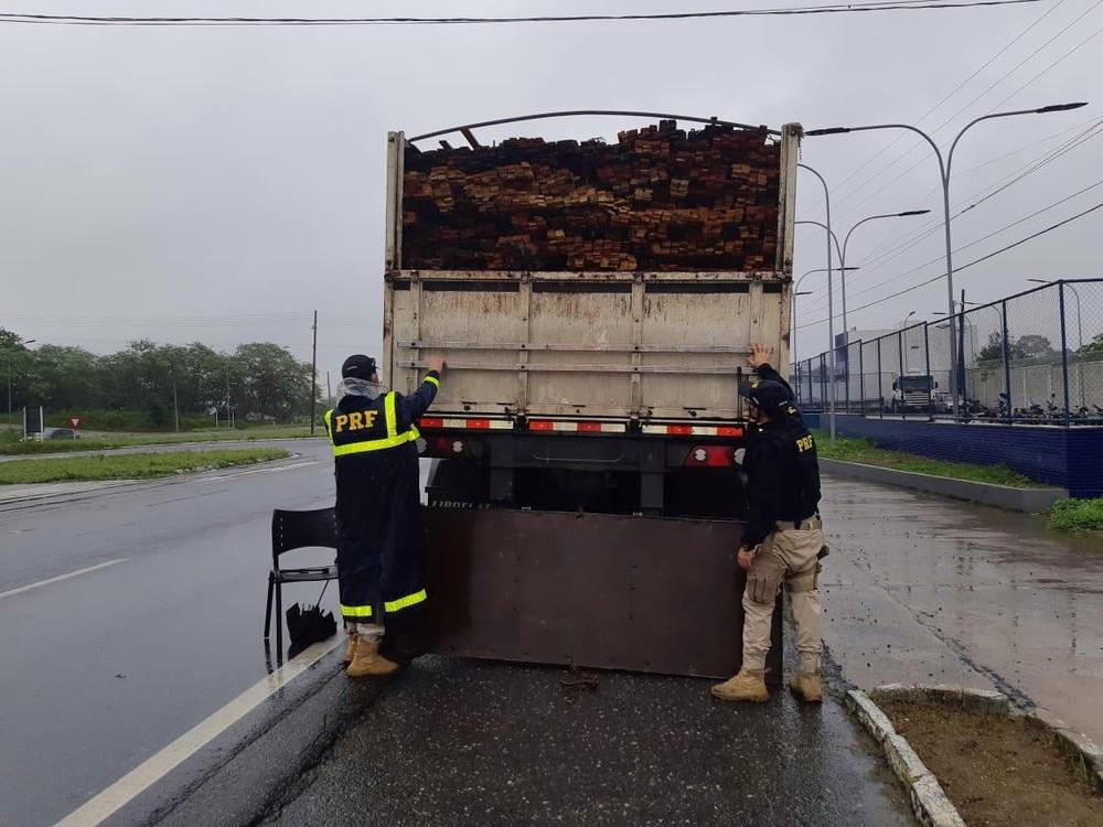 PRF apreende carga de madeira extraída ilegalmente com destino a Sapé