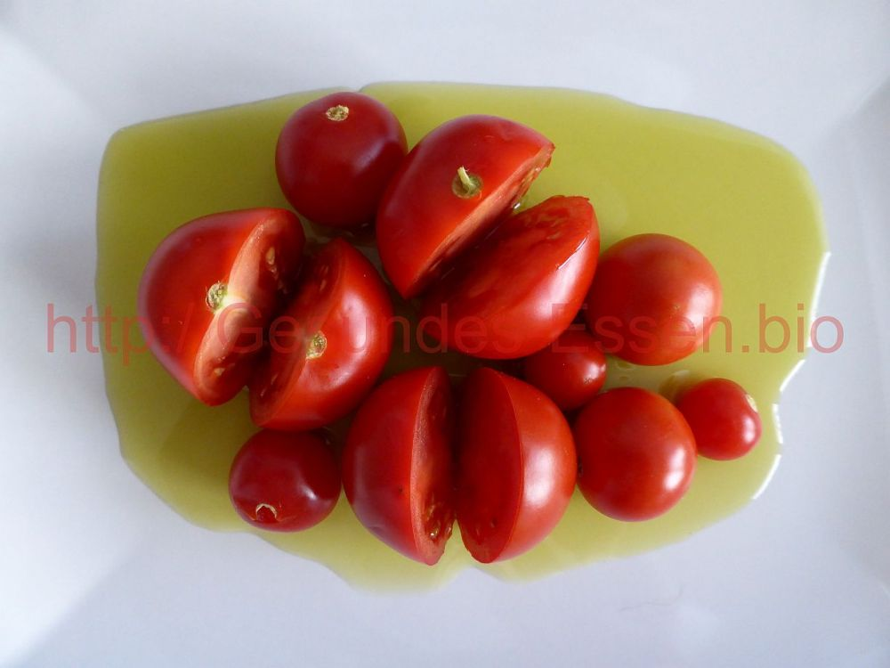 Ein Tomaten-Kräutersalat entsteht