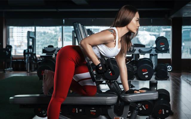 Kraftsport im Fitnessstudio oder an der Kraftstation?