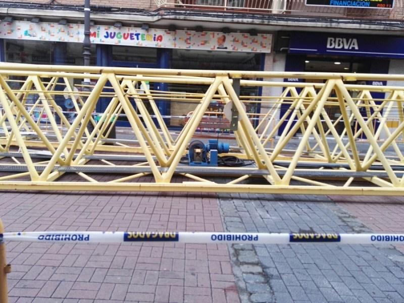 Las distintas partes de la grúa del Teatro frustrado iban siendo depositas en la calle Madrid a medida que las iban desmontando. Foto_ Mari Ángeles Ovejero.