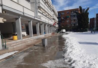 Padres y madres retiran la nieve de los colegios de sus hijos