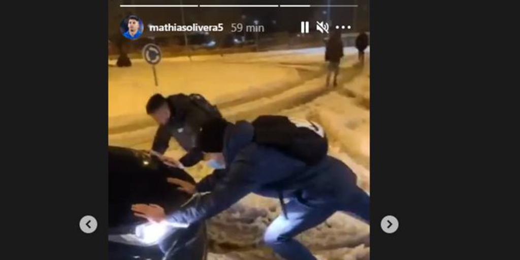 Los jugadores del Getafe empujan los coches de LaLiga para llegar a la concentración