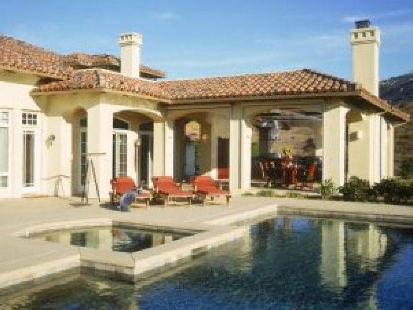 Colorful backyard pool landscape designs #swimmingpooldesign #pooldeckandpatiodesigns #smallbackyardpools