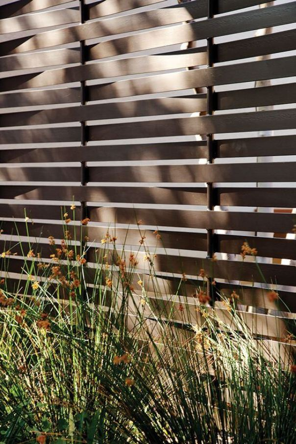 Eye-opening black chain link fence #privacyfenceideas #gardenfence #woodenfenceideas