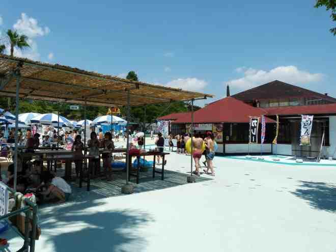 chupi pool food area