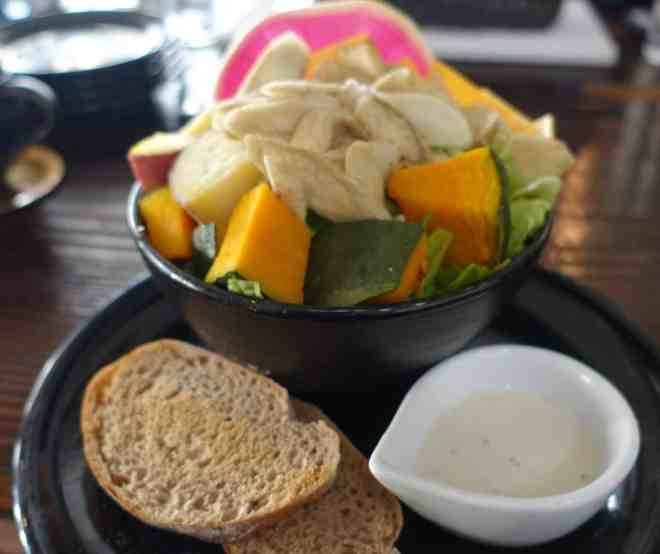 Block salad with bread and dressing