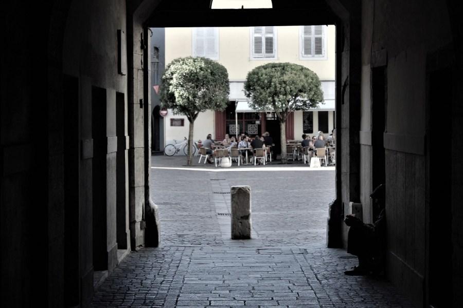 Chambery senzatetto nella piazza della cattedrale