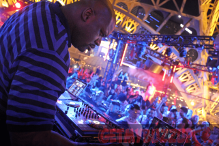 Shaquille O'Neal in DJ booth_result