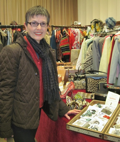 Judeline of Gracie's Vintage kindly took my picture.