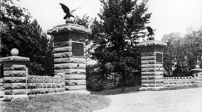 Gettysburg battlefield Taneytown road entrance c. 1896/1900. Photo via Wikimedia Commons.