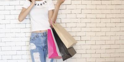 Frau beim Shopping Symbolbild