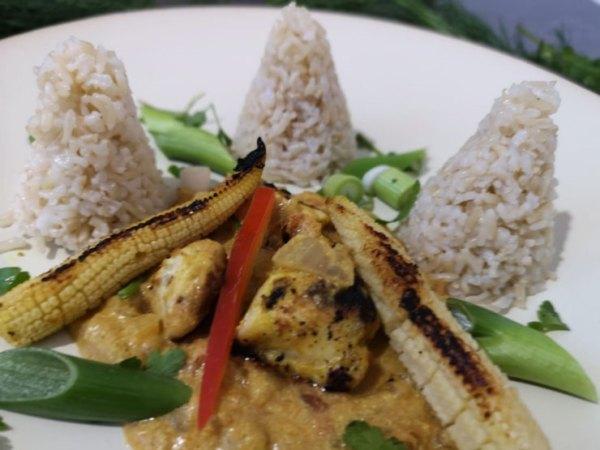 Ein Teller mit Chicken Tikka Masala
