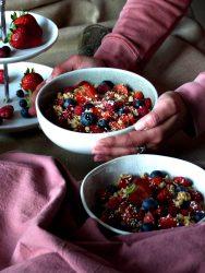 Ausgewogenes Frühstück Bowl Vegan Rezept Frühstücksbowl Beeren Frühstück mit Beeren Joghurtbowl Obstbowl Vegane Bowl