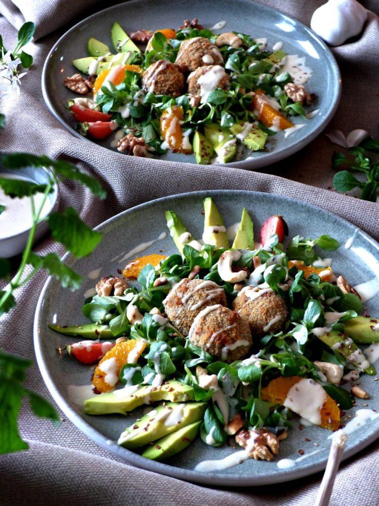 Sommerlicher Salat mit gebackenen Pilzen und Tahini Dressing