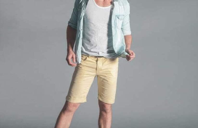 beyaz tişört üstüne mavi gömlek ve altta krem rengi şort