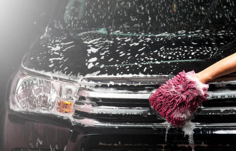 köpükle yıkanan siyah jeep