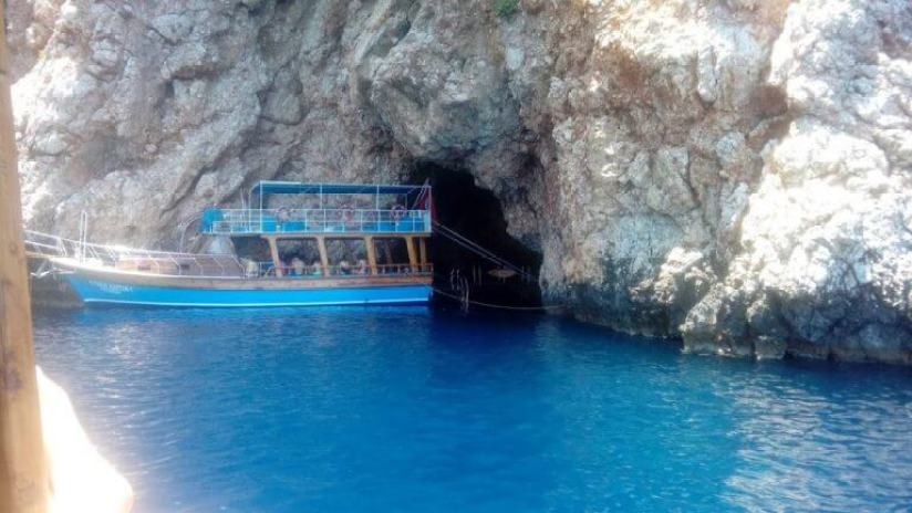 Sulu Ada Mavi deniz ve küçük tekne