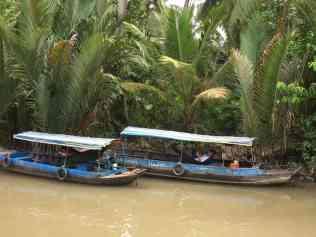 Mekong Deltası, Mekong Nehri'nin Güney Çin Denizi'ne ulaştığı bölge. Mekong Nehri Uzakdoğu'da Çin'den başlayıp Tayland, Laos, Kamboçya'dan sonra Vietnam'ın güneyinde dokuz koldan denize ulaşmaktadır. Dokuz kol nedeni ile Vietnam dilinde bölge Dokuz Ejderha olarak adlandırılıyor. Verimli toprakların oluştuğu geniş bir alana yayılan delta, Vietnam'ın tarım alanı. Pirinç tarlaları, tropik meyve ağaçları ile. Kanallar içerisinde botlar, köyler, evler, tapınaklar, meyve bahçeleri ile ilginç bir deneyim yaşayabileceğiniz bir yer. Delta'da turlar çok organize çalışıyor. Köylülerin kullandığı teknelerine binip, köylerini dolaşıp, zengin çeşitli meyvelerini tadıp, değişik yemekler tadabiliyorsunuz.
