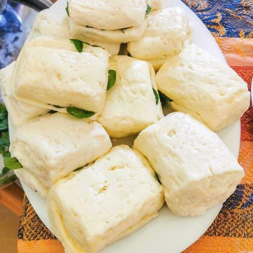 Akdeniz köyünde meşhur Hellim peyniri