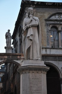 Dante Alighieri heykeli