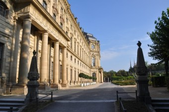 Sarayın arka bahçesine giriş