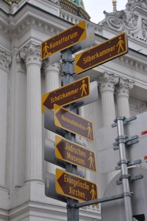 Hofburg sarayı önünde yön levhası
