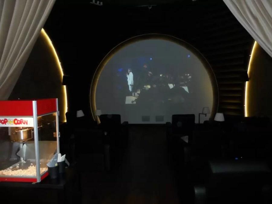 THY İstanbul dış hat CIP salonunda sinema