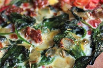 Filodeeg quiche met spinazie, rode groenten en pesto