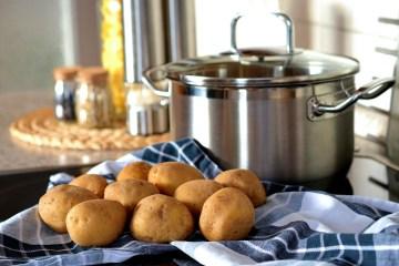 Aardappelen naast de pan, schil je ze of niet?