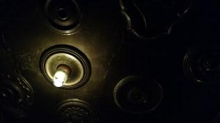 Flaschenlampe an der Decke in der Ruin Bar im Blockviertel