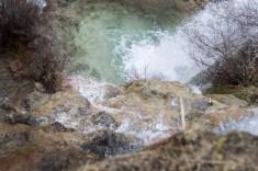 Agua cayendo por la cascada de abajo. Siempre quiero subirme a la parte de arriba de las cascadas.