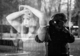 Fotógrafo siempre detrás de la modelo, persiguiéndola.