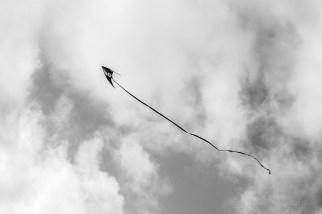 Y cometas en el cielo, marcando una flecha.