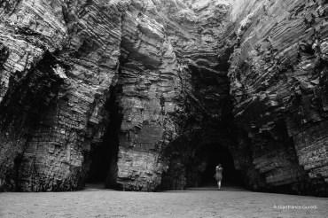 Es tan pequeña, y la roca tan grande, y el camino tan oscuro hacia el interior...