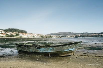 Una barca. Encallada. Esperando que el agua venga a ella.