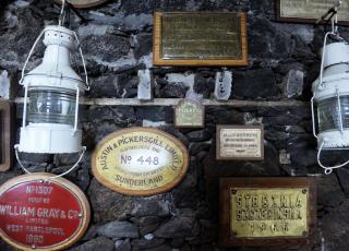 MARITIMT: Minner fra gamle skip er pynt på veggen i restauranten.