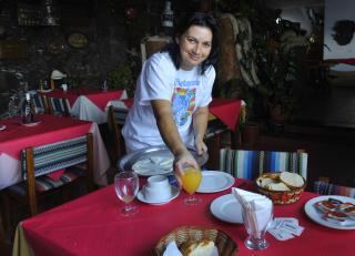 HOTELLFROKOST. Carmen Dolores serverer.