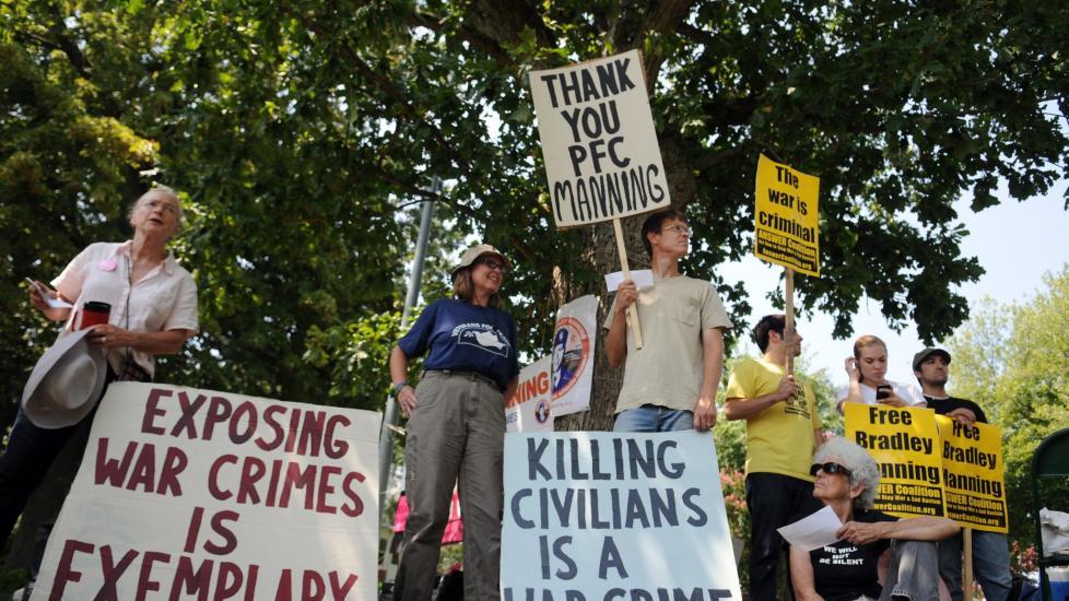 STØTTESPILLERE: Bradley Manning har enkelte støttespillere, som i august i år samlet seg utenfor en militærbase i Virginia, hvor Manning sitter i varetekt. Demonstrantene mener Manning ikke bør straffes for å ha avslørt det de mener er krigsforbrytelser. Foto: EPA/ASTRID RIECKEN/Scanpix