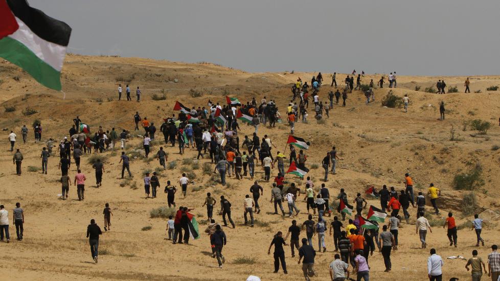 PROTESTERTE:  En stor gruppe palestinere var på vei mot kontrollpunktet Erez på Gazastripen da israelske soldater åpnet ild. Her er gruppen på vei mot kontrollpunktet. Foto: AFP PHOTO/MAHMUD HAMS